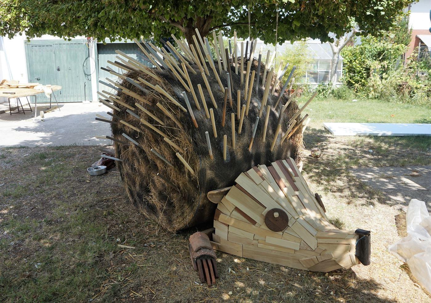 Riccio gigante con rotoballa di paglia e legno