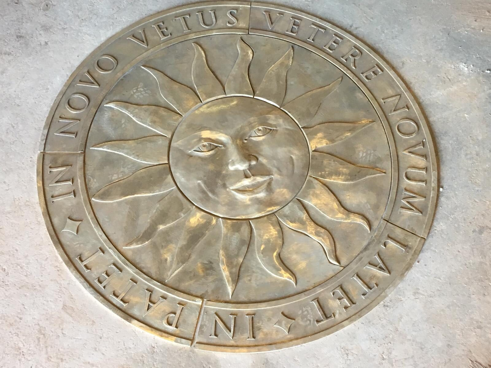 Scultura in bronzo – Sole sorridente per pavimento intarsiato